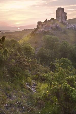 Belle rêveuse ruines du château de conte de fées contre sunrise coloré romantique