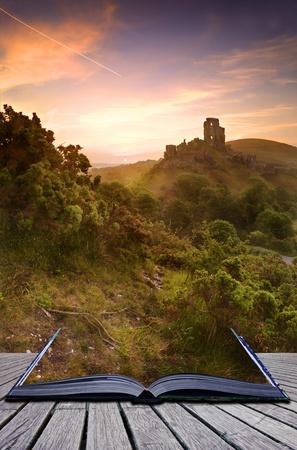 魔法の本の創造的な概念内のページの来るロマンチックなカラフルな日の出と遺跡の美しい夢のようなおとぎ話の城