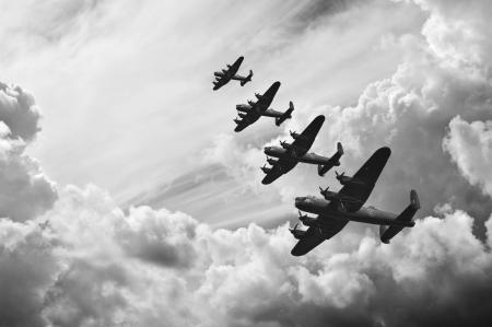 seconda guerra mondiale: In bianco e nero l'immagine retr� di bombardieri Lancaster da Battaglia d'Inghilterra nella seconda guerra mondiale