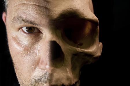 metamorfosis: Se enfrentan con piel mitad y mitad cr�neo hueso visible scary Halloween concepto