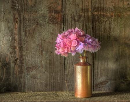 Stilleben Bild von getrockneten Blumen in Vase gegen verwitterten rustikalen h�lzernen Hintergrund