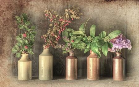 flores secas: Imagen fija vida de las flores secas en r�stica jarr�n de grunge retro contra la intemperie fondo de madera Foto de archivo