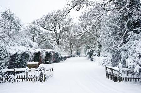 Sneeuw Winterlandschap platteland scène met Engels platteland Stockfoto