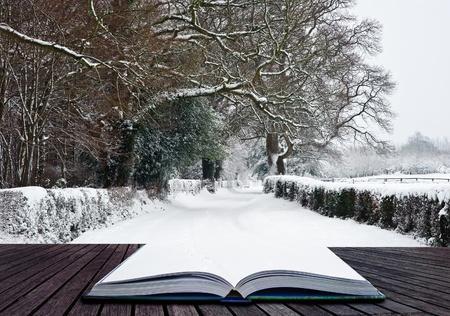 Sneeuw Winterlandschap platteland scène met Engels platteland coming out van pagina's in het magische boek