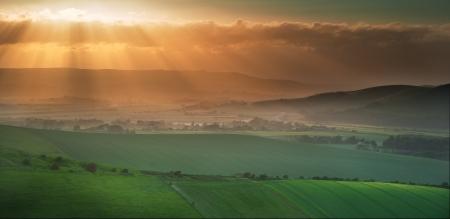 英国の田舎をローリングで夕暮れ時の美しい風景
