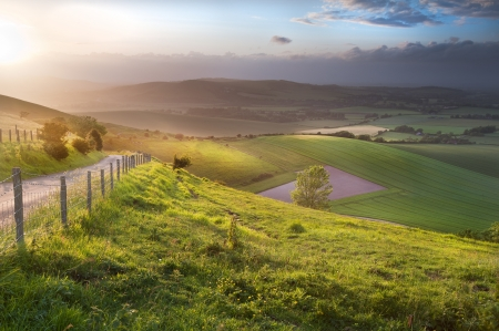 Prachtige landschap bij zonsondergang over de glooiende Engels platteland