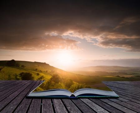 Kreative zusammengesetztes Bild Sommerlandschaft auf den Seiten der magische Buch Lizenzfreie Bilder