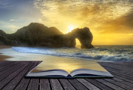 Creatief concept beeld van zonsopgang over oceaan met rots stapel in voorgrond