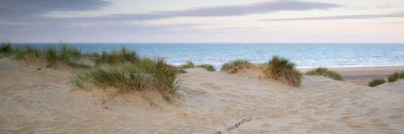 Panorama landschap van zandduinen systeem op het strand bij zonsopgang Stockfoto