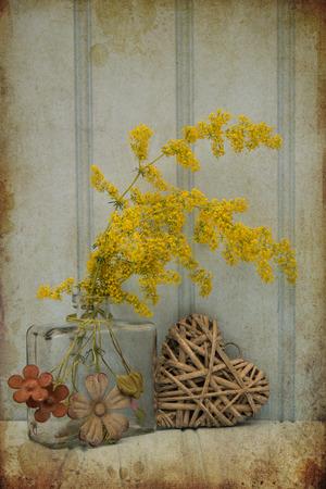 stil: Beautiful wild flower in vase with heart still life love concept
