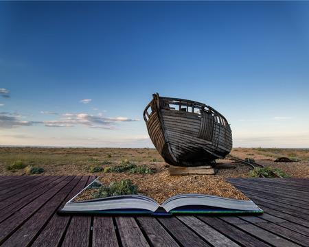 beach shingle: Barca da pesca abbandonata sulla spiaggia ghiaiosa paesaggio tramonto immagine concettuale libro a