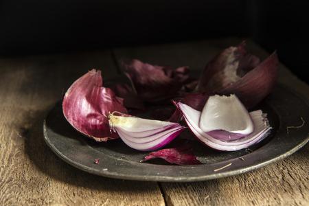 luz natural: Imagen del estilo Moody luz natural de la vendimia de cebollas rojas frescas Foto de archivo