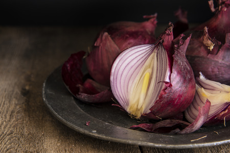 cebolla: Imagen del estilo Moody luz natural de la vendimia de cebollas rojas frescas Foto de archivo