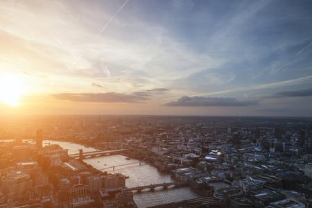aerial: La ciudad de Londres vista aérea sobre el horizonte con el cielo dramático