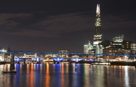 image de paysage de l & # 39 ; horizon de londres dans la nuit en regardant la tamise