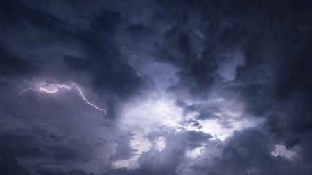 Stunning lightning storm raging in moody dramatic sky 版權商用圖片