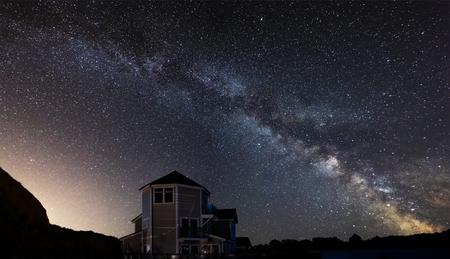 Cielo nocturno hermoso paisaje nocturno paisaje de estrellas sobre el lago inmóvil Foto de archivo - 107108228