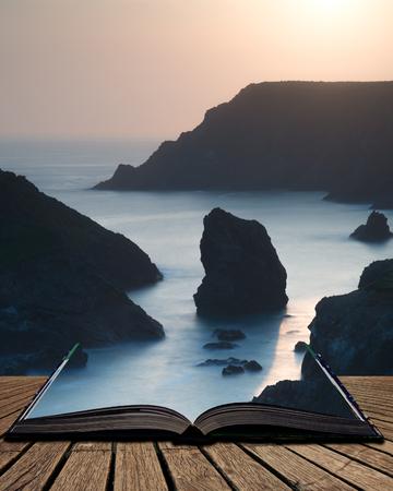 Belle image colorée de paysage au coucher du soleil de Kynance Cove sur la côte sud des Cornouailles de l'Angleterre sortant de pages de livre d'histoires ouvertes Banque d'images
