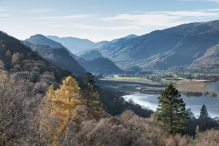 Beautiful Autumn Fall landscape image of view from route to Walla Crag near Derwent Water in Lake District Imagens