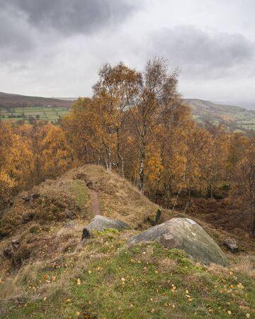 Hermoso paisaje de otoño otoño escena de vista sorpresa en Peak District en Inglaterra Foto de archivo