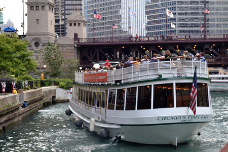 Boat tour in Chicago River in Chicago, Illinois 版權商用圖片 - 32195715