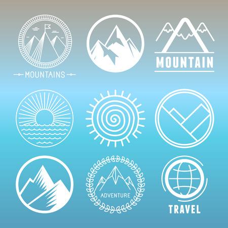 Vector berg's en emblemen op hoofdlijnen stijl - abstracte ontwerpelementen en ronde badges