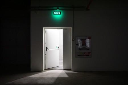 学校の建物の地下室から扉を終了します。 写真素材
