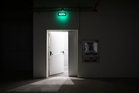 학교 건물의 지하실에서 문을 나가십시오. 스톡 콘텐츠