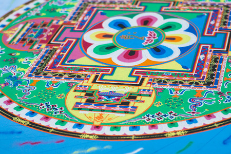 Het creëren van een boeddhistische groene zandmandala blauwe vloer. Stockfoto