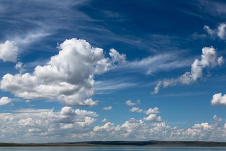 Abstracte achtergrond met wolken op de blauwe hemel