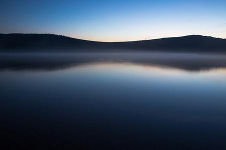 Dawn op het meer Harmony, rustig water van de bergmeer nacht