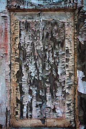 Oude, gebarsten houten frame ramen met stukken van oude verf