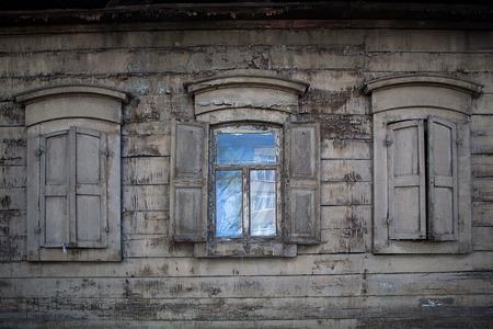 Drie oude houten ramen met houten luiken. Open venster in landelijke huis. Stockfoto