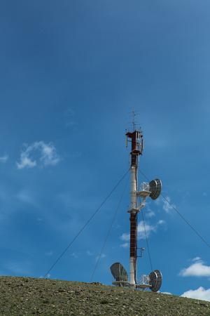 Telecommunicatie toren cellulaire televisie toweron blauwe hemel achtergrond Stockfoto - 42436981