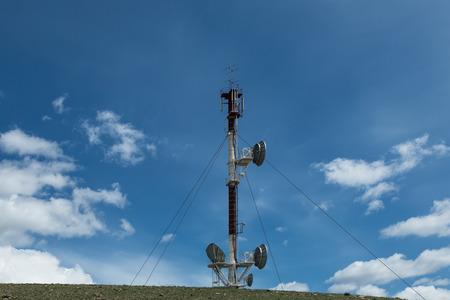 Telecommunicatie toren cellulaire televisie toweron blauwe hemel achtergrond Stockfoto - 42437006