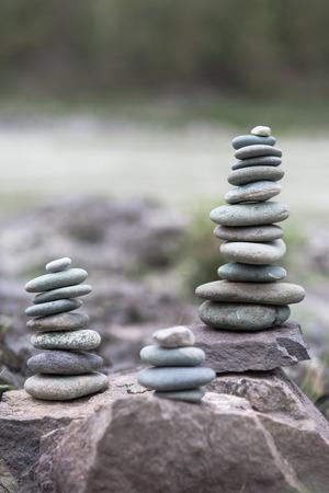 Stack van keien. Piramide van stenen op de wal