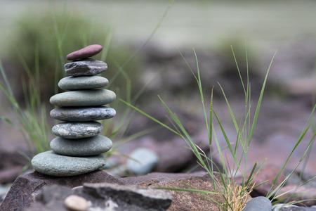 Stack van keien. Piramide van stenen op de wal Stockfoto - 43683450