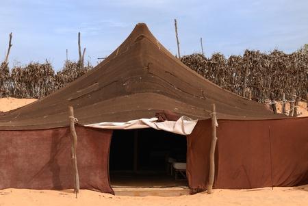 desierto del sahara: Carpa de beduinos en el desierto del Sahara, �frica