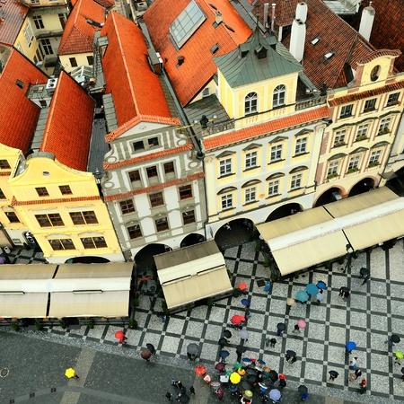 rooftop: drukke plein in de regen, Praag, Tsjechië Stockfoto