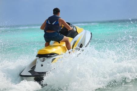 jet ski: Man on Wave Runner tourne vite sur l'eau Banque d'images