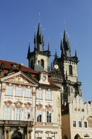 praha: View of Old Town Square with its dominant Church of Our Lady before Tyn  It is the most remarkable Gothic church with a Baroque interior in Prague