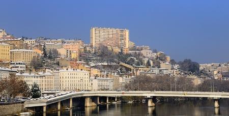 cruz roja: La ciudad de Lyon en el invierno, río Rhne y la Croix-Rousse, Francia