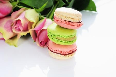 bella rosa e un assortimento di macarons Archivio Fotografico - 14052696