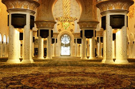 mezquita: Hermosa l�mpara de ara�a en el interior jeque Zayed Mosque, Abu Dhabi, Emiratos �rabes Unidos