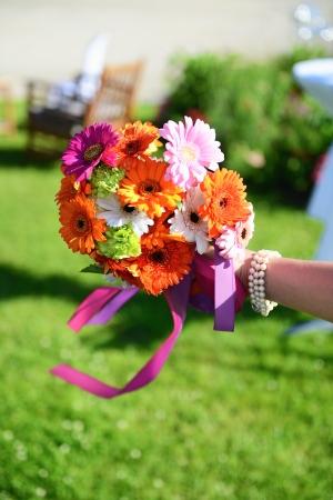 mooie bruiloft bloemen in een ingerichte tuin op de achtergrond Stockfoto