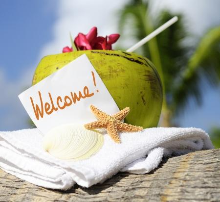 ココナッツ カクテル ヒトデ熱帯のカリブ海ビーチ リフレッシュメントとタオル 写真素材