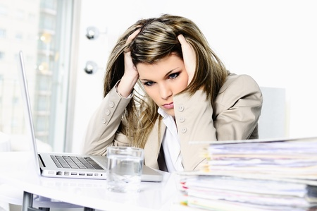 gestresste Frau arbeitet am Computer
