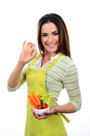 Young Woman Cooking. Gesunde Nahrung - Gemüsesalat. Diet. Diät-Konzept. Gesunder Lebensstil. Kochen zu Hause. Essen zubereiten