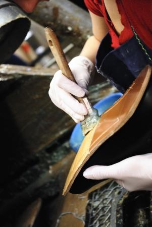 A craftsmwoman in seinem Laden Instandsetzen von Schuhen Lizenzfreie Bilder