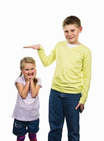 Kinder Mädchen und Junge mit einer anderen Größe Standard-Bild